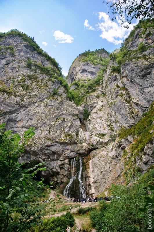 Еще несколько крутых виражей по горам, и мы у Гегского водопада.