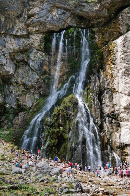 Водопад находится на севере Гагрского хребта недалеко от слияния рек Юпшара и Гега