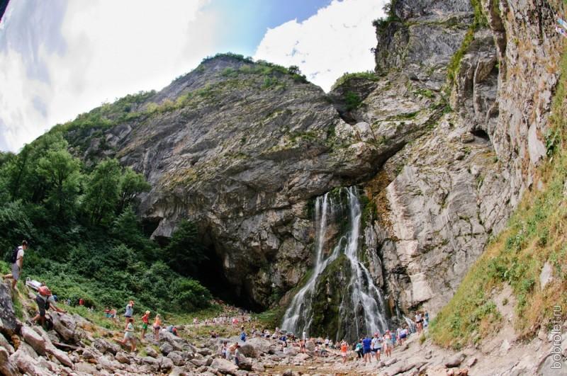 Высота водопада - 55 метров, а образован он подземной рекой, проходящей долгий путь по гротам пещеры, прежде, чем вырваться наружу.