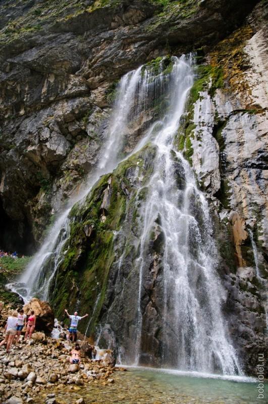 В середине августа горная река мелеет, а река туристов, наоборот, течет бурным потоком.