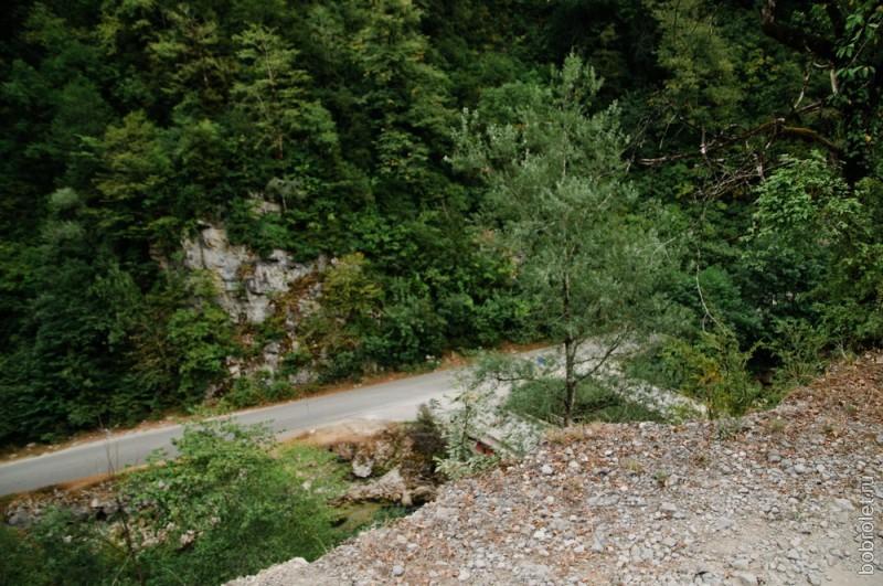 Почти спустились: внизу уже видна дорога от Сухумского шоссе к озеру Рица.