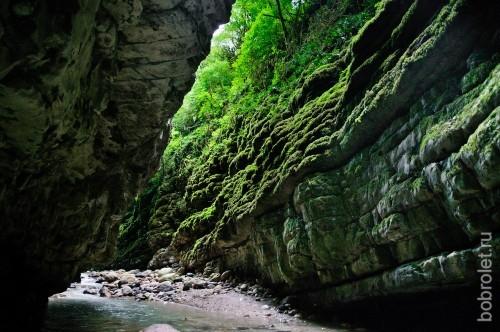 Скалы, поросшие мхом, шум воды и чистейший горный воздух.