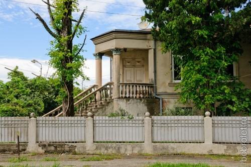 Часто встречаются колонны, разные украшения.
