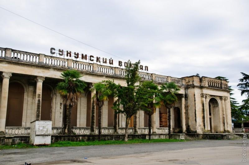 Сейчас вокзал принимает только один поезд - из Москвы.