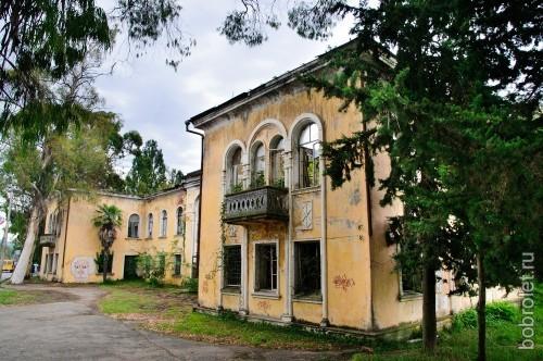 Курорты в Абхазии начали строить еще в царские времена, потому здесь очень много красивых зданий.