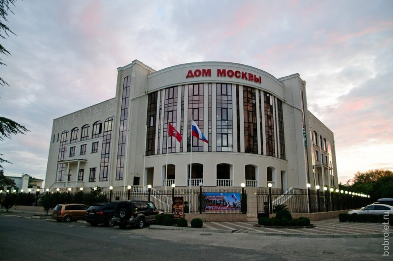 Самое понтовое здание в Сухуме - это дом Москвы, культурно-деловой центр.